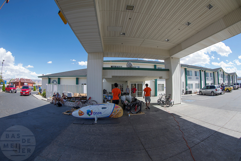 Bij het Super 8 Hotel wordt gesleuteld san de fietsen. In de buurt van Battle Mountain, Nevada, strijden van 10 tot en met 15 september 2012 verschillende teams om het wereldrecord fietsen tijdens de World Human Powered Speed Challenge. Het huidige record is 133 km/h.<br /> <br /> At the Super 8 Motel teams are working on their bikes. Near Battle Mountain, Nevada, several teams are trying to set a new world record cycling at the World Human Powered Vehicle Speed Challenge from Sept. 10th till Sept. 15th. The current record is 133 km/h.