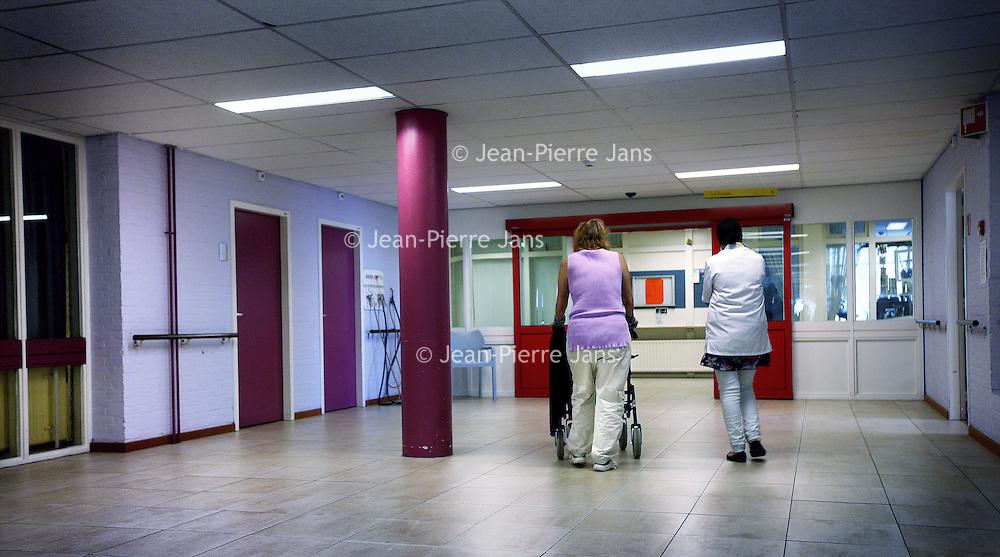 Nederland, Amsterdam , 4 juni 2013.<br /> Gang in het oude gedeelte van het Slotervaart verpleeghuis.<br /> Verpleeghuis Slotervaart is door de inspectie voor de Gezondheidszorg onder verscherpt toezicht geplaatst.<br /> Afgelopen november schreef de inspectie een vernietigend rapport over de Cordaaninstelling na een onaangekondigd bezoek. De zorg was onder de maat, er waren heel veel wisselingen bij de management geweest ende bezetting was niet goed. Er werd verbetering geeist: een en ander moest half maart op orde zijn. Dat bleek begin mei nog niet het geval. Ook de grootschalige verbouwing zou tot veel onrust kunnen leiden voor de bewoners.<br /> Het verpleeghuis naast het Slotervaartziekenhuis in Amsterdam West, waar demente ouderen, chronisch zieken en revaliderende patienten wonen had de afgelopen jaren al vaker problemen.<br /> De zorg blijft ondermaats. Verbeteringen na vernietigend rapport nog niet voldoende.<br /> Corridor in the old part of Slotervaart nursing home in Amsterdam West. The care remains poor