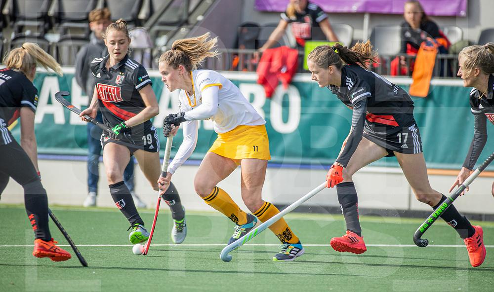 AMSTELVEEN - Pien Sanders (DenBosch) met Felice Albers (Adam)  tijdens  de hoofdklasse hockey competitiewedstrijd dames, Amsterdam-Den Bosch (0-1)  COPYRIGHT WORLDSPORTPICS KOEN SUYK