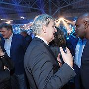 NLD/Amsterdam/20151204 - Freefightgala Glory26, burgemeester Eberhard van der Laan in gesprek met Ernesto Hoost