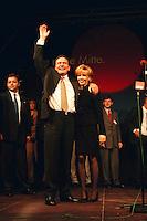27.09.1998, Germany/Bonn:<br /> Gerhard Schröder, SPD Kanzlerkandidat, und Doris Schröder-Köpf, Wahlparty, Erich-Ollenhauer-Haus<br /> IMAGE: 19980927-01/03-36<br />  <br />            <br /> KEYWORDS: Gerhard Schroeder, Doris Schroeder