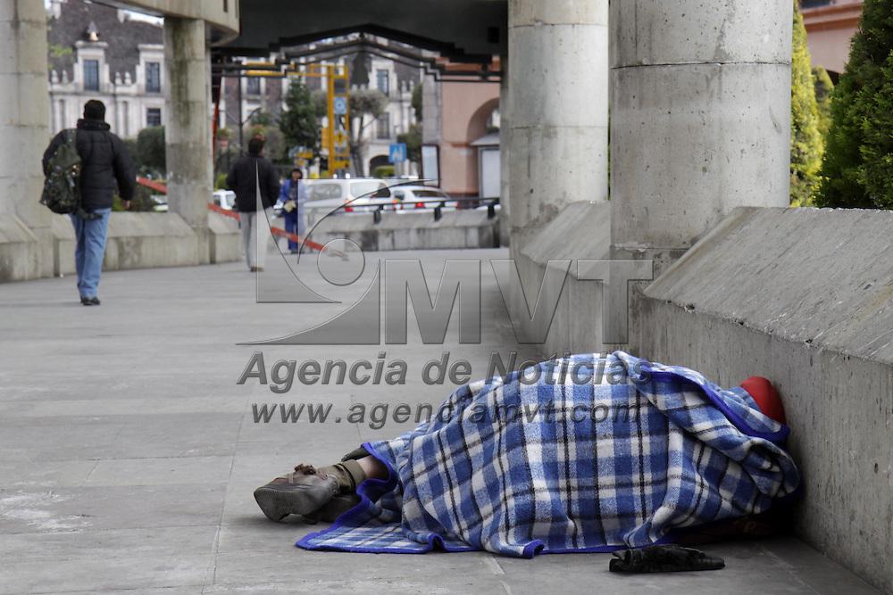TOLUCA, México.- A pesar de que los albergues temporales que instalo el municipio de Toluca siguen operando algunos indigentes prefieren seguir durmiendo en las calles. Agencia MVT / Crisanta Espinosa. (DIGITAL)