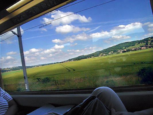 Frankrijk, Rhonedal, 6-6-2005..Een TGV, hogesnelheidstrein, rijdt door het landschap van frankrijk. transport, vervoer, openbaar vervoer, treinreis, treinverbinding, toerisme, reistijd, economie, veiligheid, techniek, reiscomfort trein...Foto: Flip Franssen/Hollandse Hoogte