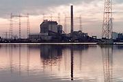 Nederland, Nijmegen, 15-11-2011.Elektriciteitscentrale van Elektrabel . Hoogwater Waal.  Stroom. vrije markt energie. electriciteit. Centrale, hoogspanningsmasten..Foto: Flip Franssen/Hollandse Hoogte