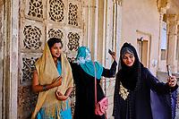 Inde, Etat de Gujarat, Ahmedabad, classé Patrimoine Mondial de l'UNESCO, tombe de Sarkhej Roza, jeunes femmes faisant des selfies // India, Gujarat, Ahmedabad, Unesco World Heritage city, Sarkhej Roza tomb, selfie time for this young girls
