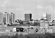 Nederland, Rotterdam, 5-6-1995 De Kop van Zuid wordt gebouwd. Modernisering, stadsvernieuwing van Rotterdam Zuid . Wilhelminakade met Hotel New York. Sloop van oude pakhuizen en installaties om nieuwe hoogbouw en het kantoor van de port of rotterdam, Rotterdamse havendienst, te bouwen. De erasmusbrug wordt gebouwd .Foto: Flip Franssen