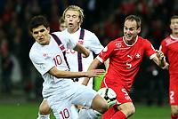 Bern, 12.10.2012, Fussball WM 2014 Quali, Schweiz - Norwegen, Tarik Elyounoussi (NOR) gegen Steve von Bergen (SUI) (Pascal Muller/EQ Images)