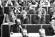 Nederland, Nijmegen, 1991Auteur Umberto Eco zit in een collegezaal tussen de studenten van de Radboud universiteit in afwachting van een lezing die hij zal geven mbt zijn boek de linger van Foucault..
