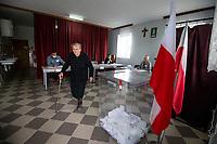 Kalinowo-Czosnowo, woj. podlaskie, 12.07.2020. Druga tura wyborow prezydenckich 2020 w powiecie wysokomazowieckim. W 1 turze wyborow na Andrzeja Dude glosowalo tu 71% wyborcow a w niektorych gminach nawet ponad 80% N/z glosowanie w OKW w remizie OSP w Kalinowie-Czosnowie fot Michal Kosc / AGENCJA WSCHOD
