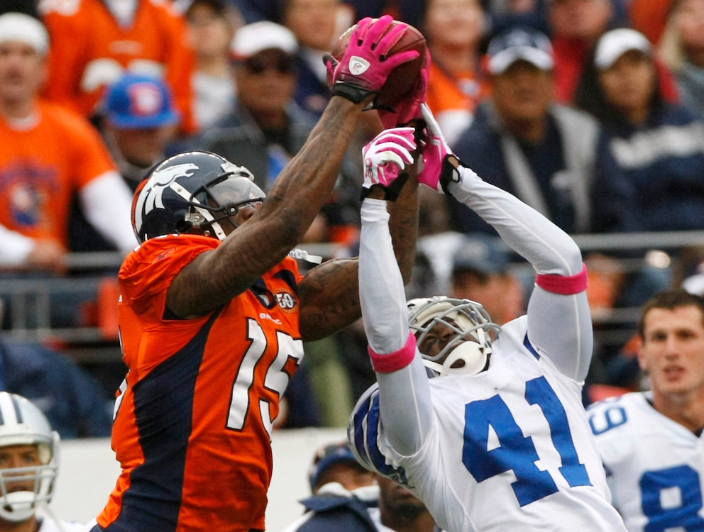 Denver Broncos wide receiver Brandon Marshall (L) catches the game-winning touchdown pass over Dallas Cowboys cornerback Terence Newman in the fourth quarter of their NFL football game in Denver October 4, 2009. REUTERS/Rick Wilking (UNITED STATES SPORT FOOTBALL)