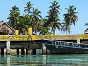 Indígenas guna / barca en comarca de Guna Yala, Panamá.