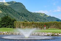 THEMENBILD - Ein Golfspieler am Golfclub Eichenheim mit dem Hahnenkamm im Hintergrund, aufgenommen am 04. Juli 2017, Kitzbühel, Österreich // A golf player at the Eichenheim Golfclub with the Hahnenkamm in the background at Kitzbühel, Austria on 2017/07/04. EXPA Pictures © 2017, PhotoCredit: EXPA/ Stefan Adelsberger