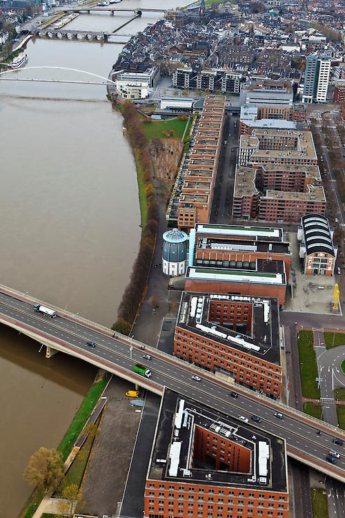 Nederland, Limburg, Maastricht, 15-11-2010;.De Kennedybrug (N278) over de Maas in Maastricht Met het Bonnefantenmuseum. Voetgangersbrug de Hoge Brug verbindt de oude stad met Plein 1992 van de nieuwe wijk Céramique. .The Kennedy Bridge (N278) on the Meuse in Maastricht and the Bonnefantenmuseum. The Pedestrian Bridge (High Bridge) connects the Old Town with Plein1992 in the new district Céramique ..luchtfoto (toeslag), aerial photo (additional fee required).foto/photo Siebe Swart