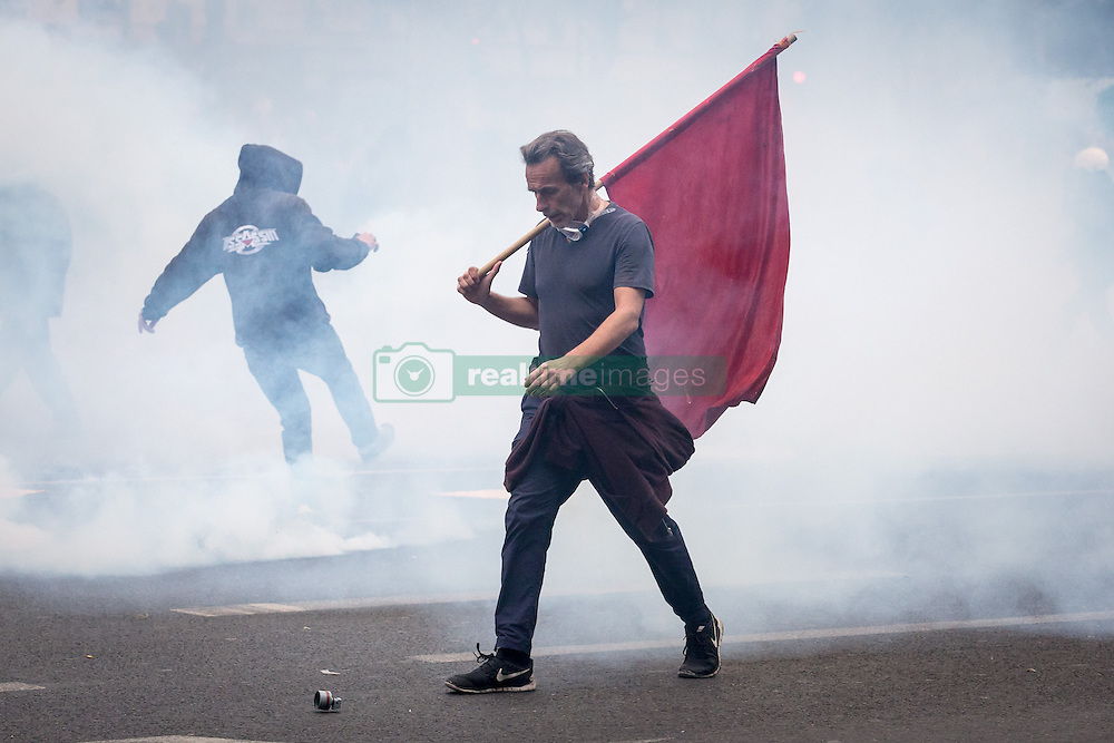 Schwere Ausschreitungen bei Protesten gegen die Arbeitsmarktreform in Paris<br /> <br /> / 140616<br /> <br /> *** French riot police during a clash with demonstrator a demonstration against the controversial labour reforms of the French government in Paris, France; September 15th, 2016.***