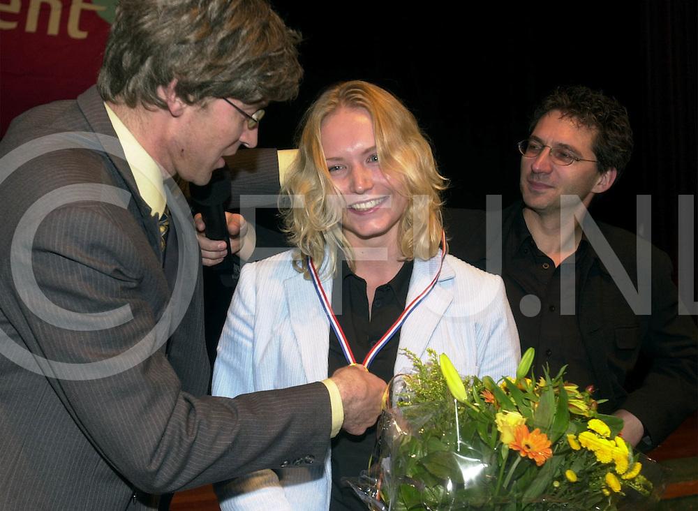 fotografie frank uijlenbroek@2001 frank brinkman.010924 zwolle ned.frederieke ankunee wint talent en caoch verkiezing.(l)loco burgemeester(podium act) en(R)presentator frenk van der linden.fu011024_verkiez_zwolle