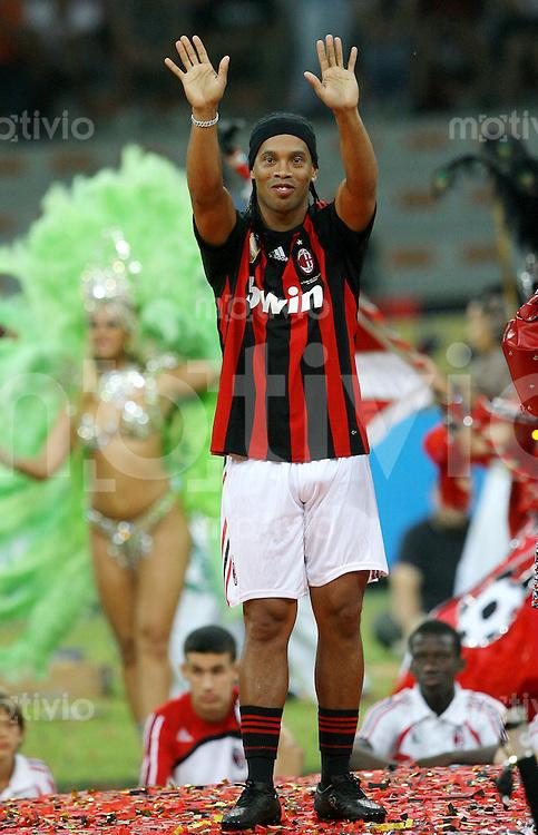 FUSSBALL INTERNATIONAL   SERIE A   SAISON 2008/20009 Neuzugang RONALDINHO winkt anlaesslich seiner Preasentation beim AC Mailand 17.07.2008