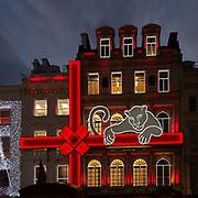 La decorazione natalizia sul palazzo del prestigioso marchio di gioielleria Cartier in Bond Street a Mayfair, il lussuoso quarteire nel centro di Londra.<br /> <br /> The Christmas decoration on the building of the prestigious jewellery brand #Cartier in #BondStreet in #Mayfair, the luxurious district in Central London.