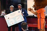 Prinses Laurentien bij Nationale WaterSpaarders Dag bij De Toekomst AJAX, Amsterdam. WaterSpaarders zeggen: 5 minuten is genoeg! Door in plaats van gemiddeld 9 minuten voortaan maar 5 minuten te douchen bespaar je per keer 32 liter warm water. Als heel Nederland dat zou doen besparen we met z'n allen de CO2 uitstoot van ruim 750.000 auto's. Dat maakt best veel verschil.<br /> <br /> Op de foto:  Prinses Laurentien
