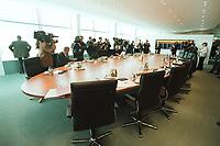 02 MAY 2001, BERLIN/GERMANY:<br /> Kabinettsaal im Bundeslkanzleramt vor Beginn der 103. Kabinettsitzung, der ersten im neuen Bundeskanzleramt, bereits anwesend: Diverse Journalisten, Juergen Trittin, Bundesumweltminister, und Werner Mueller, Bundeswirtschaftsminister<br /> IMAGE: 20010502-01/03-03<br /> KEYWORDS: Kanzleramt, Kabinett, Saal