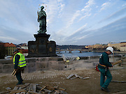 Sanierung der Prager Karlsbruecke. Die erste Phase der Sanierung wird bis zum Jahr 2010 dauern. Die Reparatur kostet voraussichtlich mehr als 222 Millionen Kronen kosten.<br /> <br /> Reconstruction of Charles Bridge in Prague. The Charles Bridge renovation will be completed in June 2010 and the repairs should prevent water leakage and improve the infrastructure of the bridge and its access roads. Repair works will cost more than 222 million crowns.