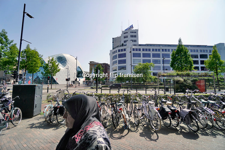 Nederland, Eindhoven, 24-7-2019In Eindhoven werd vadaag het all time warmterecord gebroken. Bij een temperatuur van 39,3 graden loopt een vrouw in de binenstad. Record , weatherrecord, alltime high .Foto: Flip Franssen