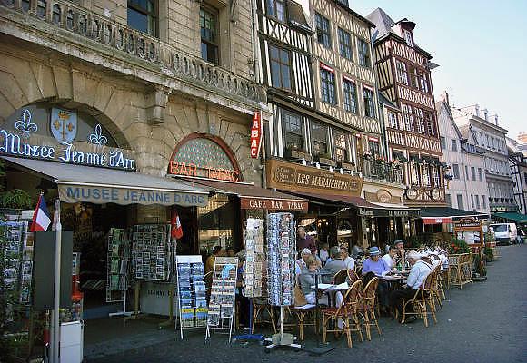 Frankrijk, Rouen, 6-9-2005..Terrasje in het centrum van de stad. Toerisme, toeristen, normandie, vakwerkhuizen, middeleeuwse architectuur, architektuur, stadsgezicht. recreatie, drankje en hapje...Jeanne d arc, tabac.souveniers. vakantie, stedentrip...Foto: Flip Franssen/Hollandse Hoogte