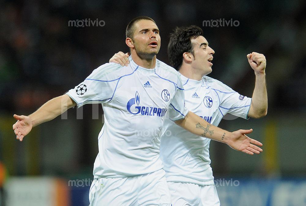 FUSSBALL   CHAMPIONS LEAGUE   SAISON 2010/2011  Viertelfinale    05.04.2011 Inter Mailand - FC Schalke 04 JUBEL Schalke; zweifacher Torschuetze Edu (li) und Jose Manuel Jurado ( nach dem Tor zum 2-5