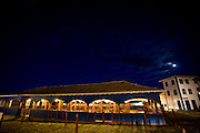 Diamantina_MG, Brasil...Antigo Mercado dos Tropeiros (atual Mercado Municipal) na praca Barao de Guaicui em Diamantina a noite...The ancient Mercado dos Tropeiros (the current Mercado Muncipal) in the Barao de Guacui square in Diamantina at night...Foto: JOAO MARCOS ROSA / NITRO