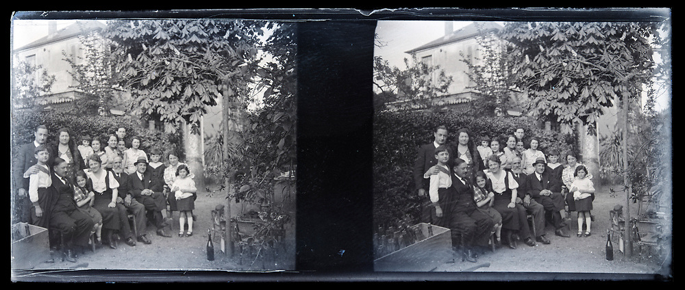 large family group posing in the garden 1920s France