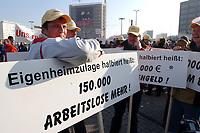 07 NOV 2002, BERLIN/GERMANY:<br /> Demonstraten mit Schildern, Demonstration gegen die Kuerzung der Eigenheimzulage, am Startpunkt Alexanderplatz<br /> IMAGE: 20021107-01-017<br /> KEYWORDS: Demo, Bau, Baugewerbe, Kürzung, Demostrant, demonstrator, Subventionen