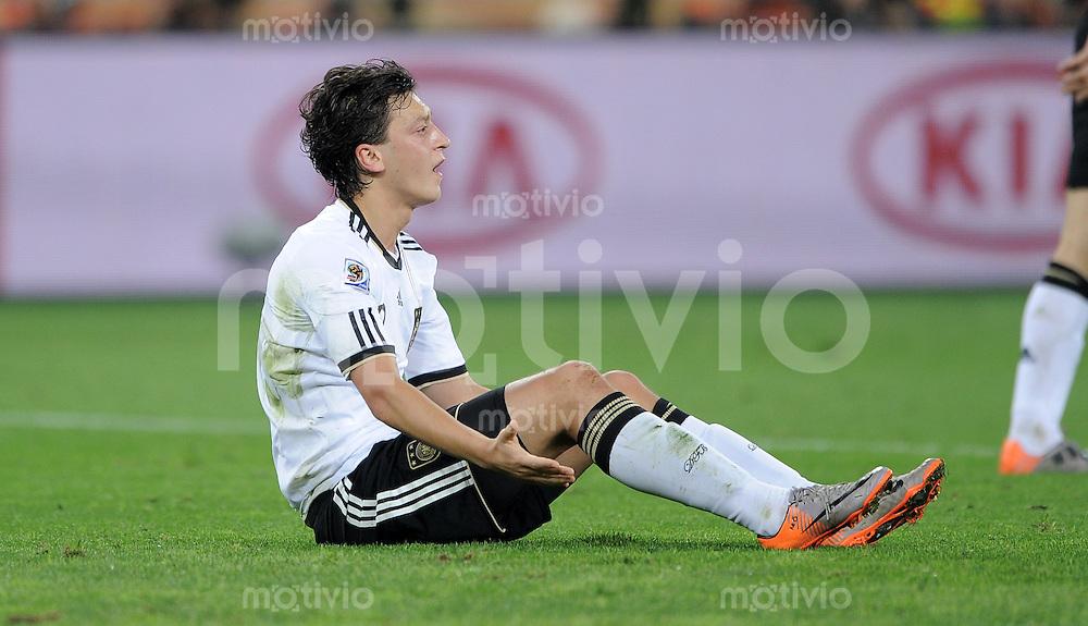 FUSSBALL WM 2010    HALBFINALE   07.07.2010 Deutschland - Spanien Enttaeuschung nach dem FOUL Mesut OEZIL (Deutschland)