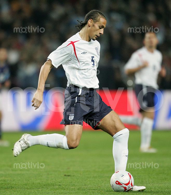 Fussball International Testspiel England 3-2 Argentinien Rio Ferdinand (ENG) am Ball