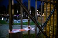 Bialystok, 31.10.2020. Decyzja rzadu zostaly zamkniete - w zwiazku z gwaltownym wzorstem zakazen COVID-19 - na trzy dni wszystkie cmentarze w kraju N/z zamkniety najwiekszy w Bialymstoku Cmentarz Farny w godzinach wieczornych; zamknieta glowna brama na cmentarz fot Michal Kosc / AGENCJA WSCHOD