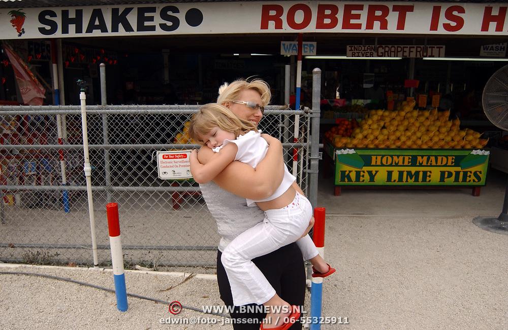 Vakantie Miami Amerika, Diana en Anneke Janssen bij Amerikaanse fruitkraam in Florida City, Robert is here