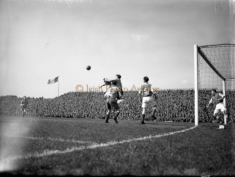 25/04/1954<br /> 04/25/1954<br /> 25 April 1954<br /> Soccer: FAI Cup Final, St.Patricks Athletic v Drumcondra at Dalymount Park.