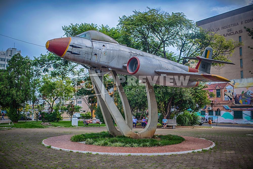 A Praça do Avião ou Praça Santos Dumont é um dos pontos mais famosos da cidade de Canoas. No local, um avião de fabricação inglesa F-8 Gloster Meteor faz uma homenagem à importância da Aeronáutica para o desenvolvimento municipal. FOTO: Jefferson Bernardes/ Agência Preview