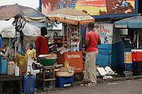 26 SEP 2006, KINSHASA/CONGO:<br /> Junger Mann an seinem Verkaufsstand einer Strasse von Kinshasa<br /> IMAGE: 20060926-01-044<br /> KEYWORDS: Jugendlicher, Stassenszene, Handel, Haendler, Verkauf, Bevoelkerung, Bevölkerung, Afrika, Africa