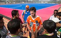 BHUBANESWAR (India) - Vanmorgen trainde het Nederlands hockeyteam voor de wedstrijd van dinsdag tegen de mannen van India voor de Champions Trophy. Na de training stond aanvoerder Robert van der Horst de Indiase pers te woord. Op de achtergrond bondscoach Max Caldas. ANP KOEN SUYK