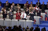 17 NOV 2003, BOCHUM/GERMANY:<br /> Die Mitglieder des Parteirates auf dem Podium applaudieren Gerhard Schroeder, SPD, Bundeskanzler, nach seiner Rede, SPD Bundesparteitag, Ruhr-Congress-Zentrum<br /> IMAGE: 20031117-01-114<br /> KEYWORDS: Parteitag, party congress, SPD-Bundesparteitag, Gerhard Schröder, Applaus,