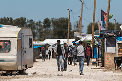 24.06.2016, Dschungelcamp, Calais, FRA, der Dschungel von Calais, im Bild die Hauptstrasse. Das Camp ist eine provisorische Zeltstadt nahe der französischen Stadt Calais. Mehrere tausend Menschen kampieren dort in Zeltunterkünften und warten auf eine Möglichkeit zur illegalen Weiterreise durch den Eurotunnel nach Großbritannien. the Mainstreet. The Calais Jungle is the nickname given to a migrant encampment, where migrants live while they attempt illegally to enter the United Kingdom at the Jungle Camp of Calais, France on 2016, 06, 24. EXPA Pictures © 2016, PhotoCredit: EXPA, JFK
