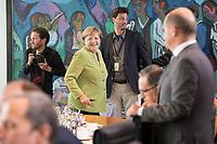 29 AUG 2018, BERLIN/GERMANY:<br /> Angela Merkel, CDU, Bundeskanzlerin, auf dem Weg zu ihrem Platz, vor Beginn der Kabinettsitzung, Bundeskanzleramt<br /> IMAGE: 20180829-01-035<br /> KEYWORDS: Kabinett, Sitzung, freundlich