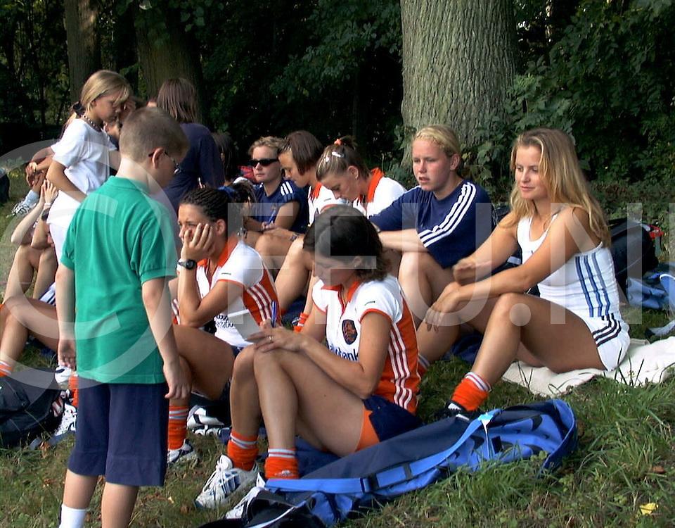 fotografie frank uijlenbroek@1999/frank uijlenbroek<br />990825 koln sport duitsland<br />ek dames hockey<br /><br />Het team van Tom van 't Hek leefde ontspannen naar de laatste groepwedstrijd toe. Voorafgaand aan hun laatste groepswedstrijd tegen Schotland keken de meisjes toe bij de beslissende groepswedstrijd Engeland-Duitsland.. Door de winst van de Duitsers met 2-1 tegen de Engelsen moet Nederland nu vrijdag in de halve finale tegen Engeland aantreden. de jeugd maakte gebruik van de gelegenheid en ging op jacht naar handtekeningen. op foto Julie Deiters die een handtekening geeft met achter haar Fatima de Melo Moreira, terwijl nast haar Fleur van der kieft zich op de wedstrijd van de duiters concentreerd