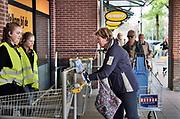 Nederland, Beuningen, 7-6-2020  Bij de Jumbo supermarkt is een volautomatischje ontsmettingsapparaat geplaats die zowel de handen al;s het karretje met een spray ontsmet tegen het coronavirus .Foto: Flip Franssen