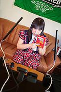 MUKBANG - JAPAN<br /> VJ Miko förbereder sig för att äta chiliheta snabbnudlar på en minut framför datorn i Fukuoka, Japan. Åskådarna kommenterar Mikos ätande. Att äta framför en web cam kallas mukbang.