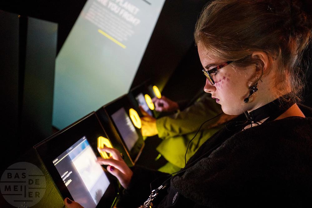 Een meisje vult vragen in voor haar persoonlijke Star Wars identiteit. In Utrecht is de tentoonstelling Star Wars Identies te zien tot en met 11 maart 2018. Op de expositie zijn originele kostuums, rekwisieten en de personages te zien. Daarnaast kunnen bezoekers een eigen Star Wars identiteit maken door hun eigen karakter te combineren met fictieve elementen. Star Wars werd veertig jaar geleden, op 25 mei 1977, voor het eerst getoond op film. De filmserie is nog altijd mateloos populair.<br /> <br /> In Utrecht the exhibition Star Wars Identies is shown. The exhibition shows original costumes, props and the characters. In addition, visitors can create their own Star Wars identity by combining their own character with fictional elements. Star Wars was first shown on film forty years ago, on May 25, 1977. The film series is still very popular.