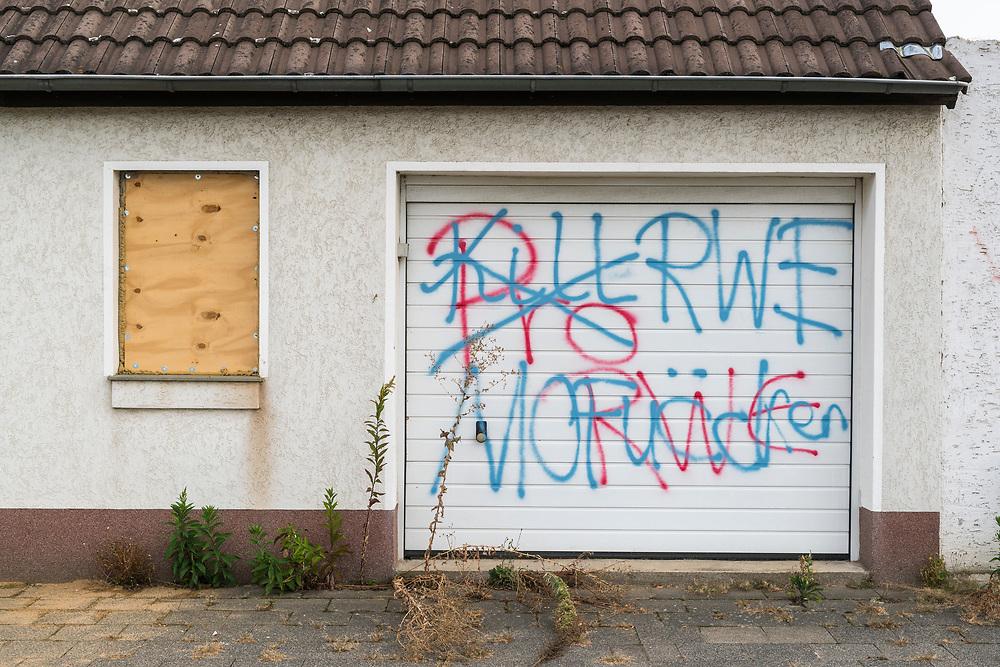 Kerpen - Manheim, DEU, 24.09.2019<br /> <br /> Abrissarbeiten in Kerpen-Manheim, das Dorf wird vom Energiekonzern RWE für die Erweiterung des Braunkohletagebaus Hambach abgebaggert, die meisten Bewohner wurden bereits umgesiedelt<br /> <br /> Foto: Bernd Lauter/berndlauter.com