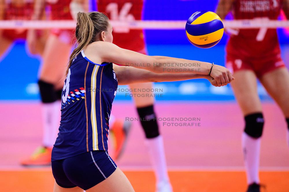 12.06.2018, Porsche Arena, Stuttgart<br /> Volleyball, Volleyball Nations League, Türkei / Tuerkei vs. Niederlande<br /> <br /> Annahme Nika Daalderop (#9 NED)<br /> <br /> Foto: Conny Kurth / www.kurth-media.de