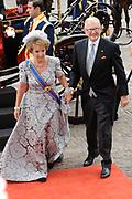 """Aankomst koninklijke familie in de gouden koets bij de Ridderzaal op Prinsjesdag 2012. /// Arrival royal family in the golden coach at the Riddrerzaal on """"Prinsjesdag""""in The Hague<br /> <br /> Op de foto / On the photo:<br /> Margriet en Pieter van Vollenhoven komen aan bij de Ridderzaal"""