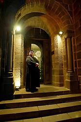 Eloi Sandi, com a catedral de Gramado ao fundo na qual reza missa todos os domingos FOTO: Jefferson Bernardes/Preview.com