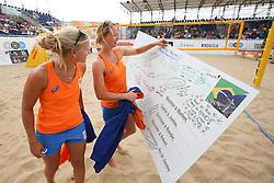 20160724 NED: NK Beachvolleybal 2016, Scheveningen <br />Marleen van Iersel en Madelein Meppelink krijgen een kaart met succes wensen. <br />©2016-FotoHoogendoorn.nl / Pim Waslander